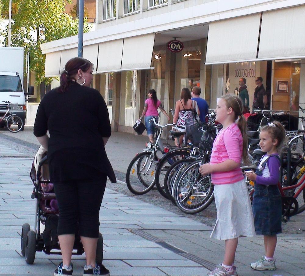 pmi_Kellison and Kemily Witnessing in Hoyerswerda